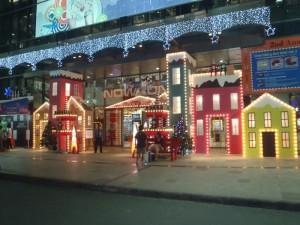 Thiết kế và thi công trang trí Noel mặt tiền trung tâm thương mại NowZone - trực tiếp thực hiện bởi đội thi công trang trí Ánh Sao Trẻ