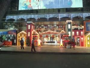Thiết kế và thi công trang trí Giáng Sinh mặt tiền trung tâm thương mại NowZone - trực tiếp thực hiện bởi đội thi công trang trí Ánh Sao Trẻ