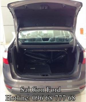 Không chỉ hàng ghế trước, cả hàng ghế sau trên xe Ford Fiesta 2016 cũng được thiết kế theo phong cách sang trọng đầy chuẩn mực Mỹ