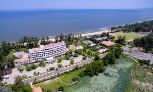 Dọc theo bãi biển dài 1,2km xanh và đẹp, nghỉ dưỡng kết hợp đầu tư.