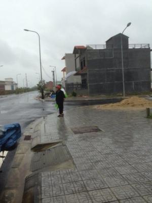 Khách hàng đi xem đất bất chấp trời mưa tại khu ĐT Huế Green City