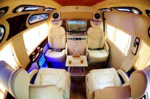 Không gian nội thất cực kỳ sang trọng và thiết thực của khoang hành khách được thể hiện qua cách sắp đặt ghế, các vật dụng tiện nghi như quầy bar, tủ lạnh, bàn họp mini… một cách tỉ mỉ trau chuốt giúp mang trải nghiệm thoải mái và sang trọng cho hành khách trên xe Ford Transit Limousine