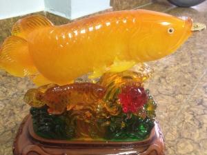 Bức Cá Mẹ cá con bằng Đá với hoa rất đẹp 30cm