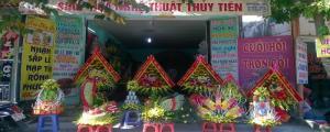 SHOP HOA NGHỆ THUẬT THUỶ TIÊN cung cấp dịch vụ trang trí hoa trọn gói cho tiệc cưới gồm : Hoa cô dâu, cổng cưới, xe hoa, sân khấu, bàn tiệc, bàn đón khách, sảnh tiệc……