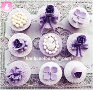 Set bánh cupcake tông màu tím, với họa tiết ren nổi, ngọc trai cũng như hoa được tạo hình cẩn thận từ đường. Bánh có thể làm quà tặng kỷ niệm tình yêu, để bàn tiệc gallary cưới. Bạn có thể chọn màu cho set cupcake này để phù hợp sở thích và không gian tiệc nhé.