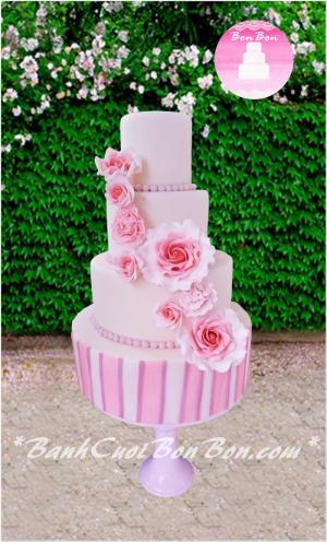 Bánh cưới 4 tầng phủ fondant, với hoa trang trí được làm từ đường chạy dọc theo bánh như một dòng thác hoa, Bòn Bon chúc cho con đường hôn nhân phía trước của cô dâu chú rể sẽ luôn nở những bông hoa niềm vui, hạnh phúc cũng giống như những bông hoa khoe sắc trên chiếc bánh này.