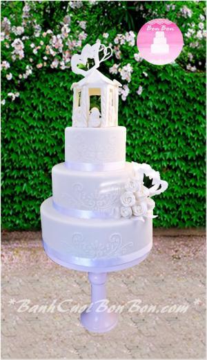 Bánh cưới 4 tầng, tông màu trắng tinh khôi. Toàn bộ điêu khắc được đặt tầng trên cùng cũng như hoa, bướm đều được chăm chút, làm tỉ mỉ từ đường. Chiếc bánh theo phong cách vintage này chắc chắc sẽ vô cùng nổi bật trong ngày trọng đại của đôi bạn. Liên hệ Bòn Bon để được tư vấn và sở hữu chiếc bánh độc đáo này bạn nhé.