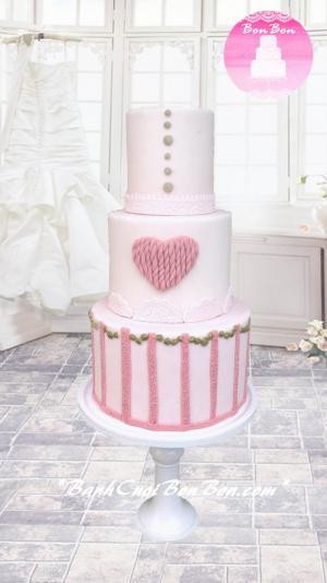 Bánh cưới 3 tầng phủ fondant với họa tiết ren nổi viền bánh và trang trí đặc biệt với trái tim tầng giữa, như lời chúc Bon Bon mong cho cuộc sống lứa đôi của bạn sẽ luôn ngập tràn tình yêu nhé ;)