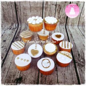 Set bánh cupcake với họa tiết được trang trí tỉ mỉ, trên nền vàng đồng lấp lánh sẽ mang đến cho buổi tiệc của bạn sự độc đáo và sang trọng. Bánh thích hợp trang trí bàn gallerybạn nhé. Liên hệ Bon Bon nếu bạn cần 1 set bánh trang trí bàn tiệc thế này nhé.