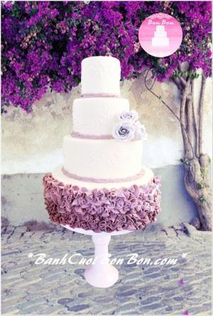 Bánh cưới 4 tầng tông màu tím, nổi bật là tầng cuối được trang trí như chiếc váy cưới cô dâu, đơn giản nhưng vô cùng hiện đại nhe. Bạn có thể chọn tông màu trắng, hồng, ... để phù hợp với không gian tiệc nhé.