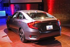 Phía đuôi xe Civic 2017 có đuôi xe kéo từ thân xe xuống phần cốp xe tạo độ thể thao cá tính