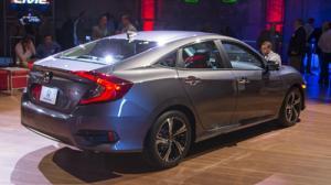 Thân xe Civic 2017 được hạ xuống thấp giúp xe bám đường hơn La Zăng xe Honda Civic 2017 được thiết kế 2 màu, làm nổi bật chiếc xe khi lưu thông trên đường