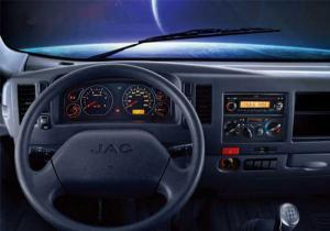 Không gian nội thất xe tải Jac 3.45 tấn rộng rải, tiện nghi cho 3 người, ghế nệm hơi cao cấp, vô lăng trợ lực, điều chỉnh lên xuống giúp người lái thuận tiện nhất, bảng taplo bố trí khoa học, bảng đồng hồ có đèn led giúp người lái quan sát rỏ nét trong mọi điều kiện. Hệ thống giải trí FM Radio/CD/Mp3.với 2 loa Hệ thống điều hòa giúp người dùng thoải mái nhất trong chuyến hành trình.