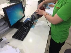 TÍNH NĂNG NỔI BẬT   Thiết kế hiện đại và tiện dụng Được thiết kế với công suất lớn 1000W, máy hút bụi cầm tay Vacuum Cleaner JK 8 có khả năng hút mạnh mẽ, giúp bạn làm sạch mọi vật một cách nhanh chóng và hiệu quả nhất. Ngoài ra, máy còn được thiết kế đặc biệt nên vừa có khả năng hút và thổi bụi với đầu hút sàn và khe đa năng nên có thể hút ở những nơi khó khăn nhất như khe tủ, khe máy tính, thảm, salon, ….