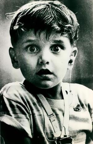 Cậu bé khiếm thính lần đầu tiên được nghe thấy âm thanh nhờ chiếc máy trợ thính (Ảnh: Jack Bradley).