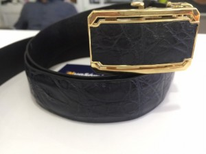 Bề mặt khóa dây được thiết kế mang viền màu vàng mặt trong là màu xanh đen tạo nét nổi bật.