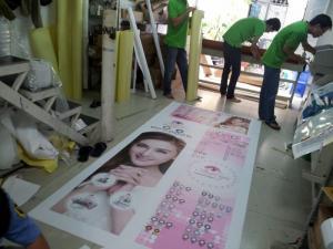 Poster standee PP quảng cáo cho mỹ phẩm với chất lượng in ấn cực đẹp