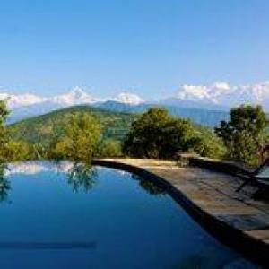 bể bơi rộng nằm trên giữa đỉnh đồi