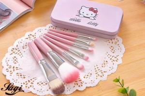 Bộ cọ trang điểm Hello Kitty 7 cây xinh xắn với tông màu hồng nhạt đáng yêu và nữ tính, phù hợp với sở thích của các cô nàng thích làm đẹp.