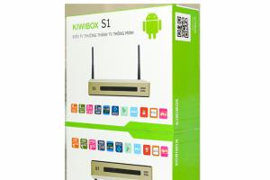 Tổng quan về mặt thiết kế của Android Kiwibox S1 Kiwibox đã lấy ý tưởng thiết kế của S1 từ Model Kiwibox S6 Plus để làm mẫu sản phẩm. Những nét vuông vắn góc cạnh, cứng cáp và vô cùng hiện đại này đang dẫn đầu xu thế thiết kế của các sản phẩm công nghệ. Với đầy đủ các cổng kết nối, bạn sẽ không phải lo lắng cho việc sử dụng cho chiếc TV nhà mình là loại TV nào bởi vì, Kiwibox S1 cùng các thiết bị khác của Kiwibox đều có thể kết nối được với mọi dòng TV.  Ngay từ vỏ hộp chúng ta cũng sẽ nhận ra ngay màu sắc đặc trưng đến từ hãng Kiwibox cùng với hình ảnh Model S1 ở mặt trước. Hộp được thiết kế hình hộp chữ nhật vuông vắn, chất liệu vỏ cứng chống va đập, móp méo. Nhà sản xuất đã rất tỉ mỉ cho thiết kế và khi cầm trên tay một thiết bị giải trí đa năng giá rẻ, bạn sẽ cảm thấy vô cùng hài lòng.  Mở hộp ra là thiết bị quan trọng nhất của chúng ra nằm vừa vặn bên trong khay đựng và được bọc trong một lớp Nilon mỏng chống xước, bên trong hộp có thẻ bảo hành chính hãng Kiwibox. Thẻ bảo hành sẽ được đề cập đến ở phần sau nhé.  Thiết kế 2 Anten chính là điểm nổi bật trên Kiwibox S1 và điều này giúp khả năng thu phát Wifi của thiết bị trở nên hoàn hảo hơn. Một công tác ở mặt bên trái cũng là một phần trong thiết kế mang tính thay đổi khi trước đây, tất cả các Model của Kiwibox đều không có công tắc nguồn này.