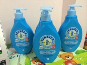 Sữa Tắm Gội Penaten Bad & Shampoo Dung tích: 400 ml Xuất xứ: Đức Sữa tắm gội 2 trong 1 dành cho bé của Penaten từ Đức thích hợp dùng cho trẻ sơ sinh, thơm mát, an toàn cho làn da nhạy cảm của trẻ.  Sữa tắm gội Penaten bad & shampoo 400ml có vòi chiết xuất từ thiên nhiên chăm sóc làn da của bé toàn diện từ đấu đến chân.  ƯU ĐIỂM NỔI BẬT  – Sữa tắm gội Penaten dùng được cho trẻ ngày từ khi mới sinh.  – Sữa tắm với hương thơm mát và độ Ph nhẹ nhàng giữ độ ẩm cho làn da non nớt của bé.  – Sản phẩm được chiết xuất từ những thành phần tự nhiên với công thức diu nhẹ không làm cay mắt bé.