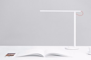 Chiếc đèn bàn thông minh ,độc đáo này cho phép chủ động thiết lập nhiệt độ màu và độ sáng bằng ứng dụng Mi Smart Home hỗ trợ cho cả iOS và Android.