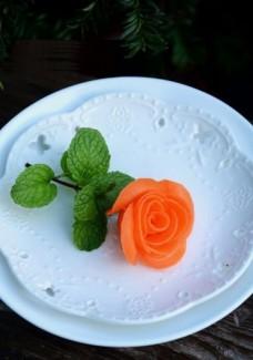 tỉa hoa hồng từ củ cà rốt