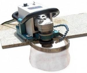Máy bo cung : ( AMG22)  -Loại máy dùng hỗ trợ đắc lực để gia công các cạnh đá theo biên dạng bất kì. -Với thiết kế nhỏ gọn và motor điều chỉnh tốc độ giúp người dùng thao tác dễ dàng và thích ứng với những điều kiện làm việc khác. -Hệ thống con lăn linh hoạt, êm trên mặt đá làm cho cv của bạn thoải mái hơn. -Hệ thống làm mát giúp bảo vệ lưỡi cưa và vật liệu cắt.