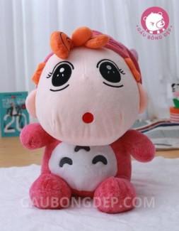 Bé Shin khoác áo Totoro màu hồng