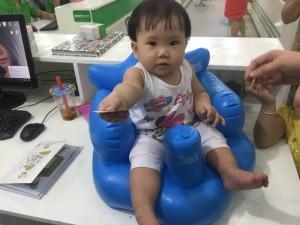 Ghế có lưng tựa đỡ và ôm trọn lấy bé