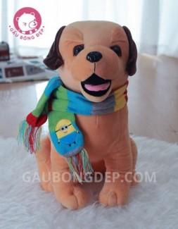 Chó bông ngồi đeo khăn len bảy màu