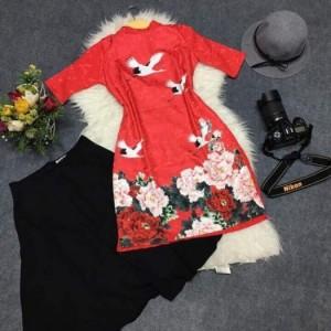 Set áo dài cách tân in hạc + Chân váy xòe - M, L, XL - ND2882 (Kèm hình thật) Hàng loại I, bao đẹp Giá: 320.000Đ - Chất liệu cao cấp, đường may chi tiết - Thông tin sản phẩm :  + Chất liệu : Váy boy (lưng dây kéo), áo dài chất liệu gấm mềm mại + Kích thước : M, L, XL phù hợp chị em có cân nặng từ 42 - 60kg tùy chiều cao + màu sắc : Đỏ phối họa tiết  - Xuất xứ : Việt nam
