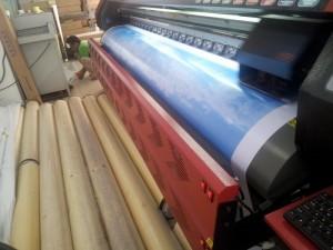 Khổ máy in 3.2m chiều ngang cho phép in số lượng lớn banner cầm tay, banner khổ lớn nhanh chóng. In bằng mực dầu bền màu, tươi, đậm nét.