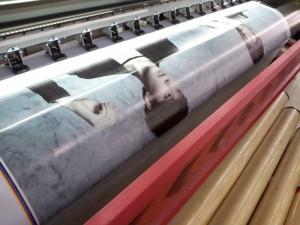 Với yêu cầu khổ in lớn, nhất là chiều ngang của in băng rôn quảng cáo giá rẻ, băng rôn được thực hiện in ấn trên máy in phun kỹ thuật số, máy chạy mực dầu; thành phẩm in băng rôn được in ấn trong một lần in và thường không phải dán nối.