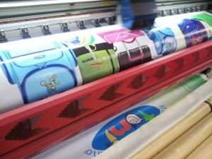 In băng rôn quảng cáo với chất liệu hiflex có thời gian thực hiện in nhanh chóng, đặc biệt là khi bạn đã tự chuẩn bị mẫu thiết kế đặt in trước, thời gian in ấn và giao nhận chỉ từ 1 – 2 ngày, tính từ khi mẫu thiết kế được chuyển in.