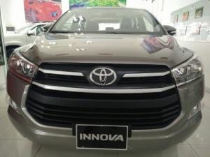 Toyota Innova 2.0E số sàn, màu nâu vàng, mới 100% xe giao ngay