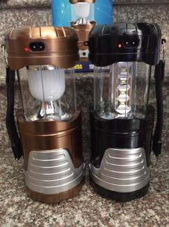 Đèn được thiết kế vừa có thể làm đèn pin, vừa có thể làm đèn xách tay. Ánh sáng led trắng trong cực sáng.