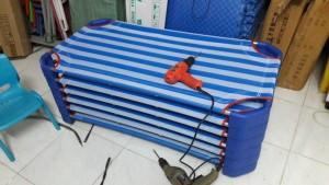 Giường mầm non vải lưới màu xanh dương