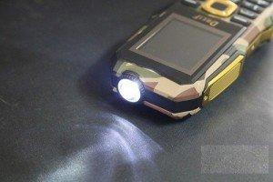 Ngoài tính năng loa khủng và ổn định thì dòng Land Rover F9 cũng được tích hợp thêm một chiếc đèn siêu sáng ở đỉnh máy.