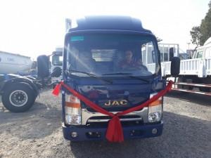 Xe tải Jac 3.45 tấn model 2016 với nhiều tùy chỉnh thay đổi, cabin được làm mới hoàn toàn với kiểu dáng khí động học, thiết kế đơn giản tinh tế., sơn điện ly chống gỉ sét nước sơn bóng đẹp, bắt mắt .