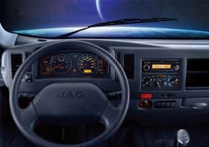 Bảng điều khiển trung tâm: được thiết kế tinh tế, bố trí khoa học giúp tài xế điều chỉnh và kiểm soát