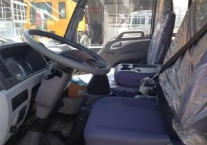 Không gian bên trong cabin: được thiết kế rộng rãi, tiện nghi và sang trọng. Tạo cảm giác thoải mái cho người lái xe. Cabin 3 ghế ngồi có giường nằm phía sau. Hai tấm che nắng cho tài xế