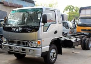 Xe tải Jac 8.4 tấn có cabin thiết kế lớn kiểu dáng khí động học với lưới tản nhiệt lớn tạo điểm nhấn cho chiếc xe.Cảng trước thiết kế lớn kết hợp với đèn sương mù 2 bên.