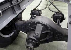 Hộp số 6 cấp vô số nhẹ nhàng. Hệ thống phanh khí nén 2 dòng tác động lên  các bánh xe trục sau.