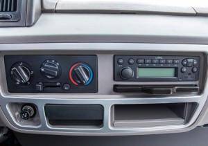 Hệ thống giải trí CD/AM&FM Radio với 2 loa CD/AM&FM Radio với 2 loa. Hệ thống điều hòa 2 chiều Trang bị đầy đủ hệ thống âm thanh, máy lạnh, ghế ngồi êm ái đáp ứng tối đa nhu cầu người lái, giúp người lái luôn trong trạng thái thư giản thoải mái nhất.