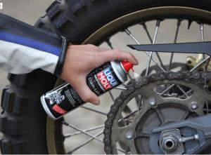 Chai xịt sên Liqui Moly Motorbike Chain-Lube có tác dụng chính dùng để bảo vệ sên trần cho xe mô tô, giúp sên vận hành trơn tru và chống kêu ồn khi chạy. Liqui Moly Motorbike Chain-Lube mang đặc tính hiệu quả mạnh mẽ khi bôi trơn sên ngay và tạo độ bám dính tốt nhất cho xích sên xe máy của bạn.