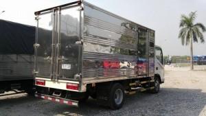Tay nắm xe tải jac 3 tấn 45 cửa kiểu ngang nên dễ dàng khi đóng mở, cánh cửa cabin mở rộng 90 độ kết hớp bậc lên xuống cabin với các đường vân nỗi tránh trơn trượt khi lên xuống xe, giúp việc lên xuống xe thuận tiện hơn.