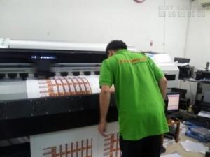 In tem nhãn lấy liền trong ngày đều được in trên máy in khổ lớn, và bế trên máy bế Mimaki Nhật Bản.