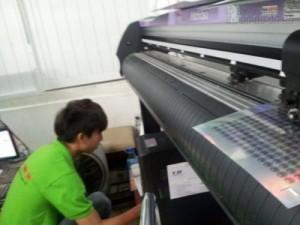 Với hệ thống máy móc in, bế được nhập khẩu nguyên chiếc từ Nhật Bản luôn mang đến sản phẩm chất lượng cao, in nhanh chóng. Máy bế Mimaki đang trực tiếp cấn bế tem decal 7 màu cho khách hàng