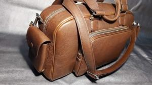 Túi xách da bò nguyên chất, tự nhiên, vân da mềm mịn, tạo cảm giác êm ái thoải mái cho người mang.